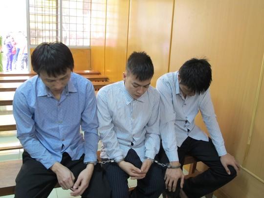 Hồ Thanh Hằng (ảnh trái) cùng hai đồng phạm tại tòa sơ thẩm