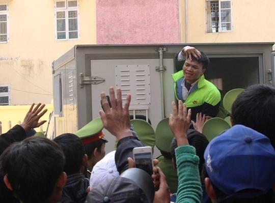 Thậm chí khi rời tòa, Hảo còn hớn hở mỉm cười chào mọi người, các chiến sĩ công an phải cố kéo Hảo vào trong thùng xe.