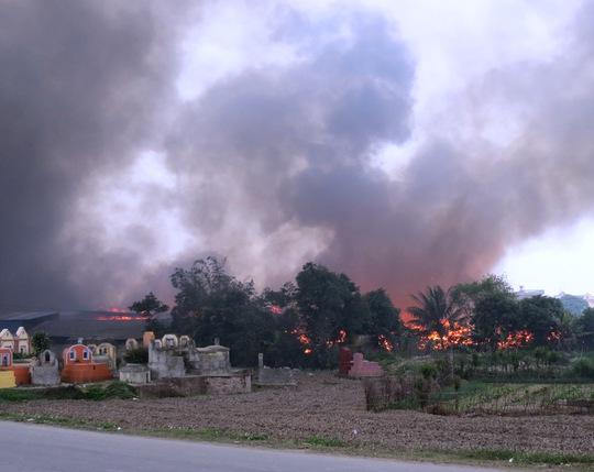 Khói lửa vụ cháy lớn bốc cao hàng trăm m