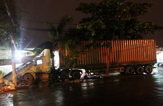 """Chiếc xe container lại được cho là """"mất lái"""" rồi tông liên hoàn vào các nhà dân"""