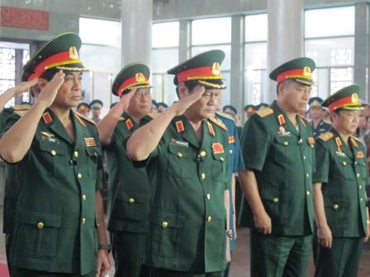 Thứ trưởng Bộ Quốc phòng, Thượng tướng Nguyễn Thành Cung (giữa) tại lê viếng