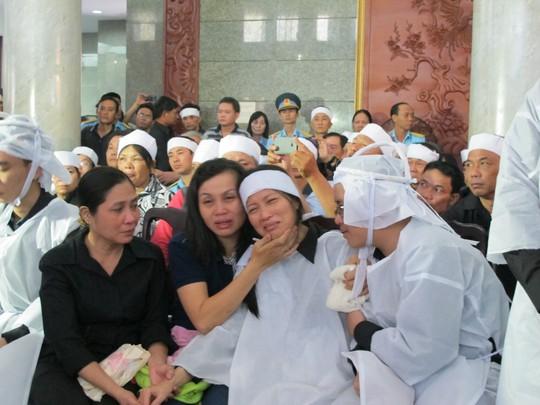 Người thân quân nhân khóc ngất tại lễ viếng