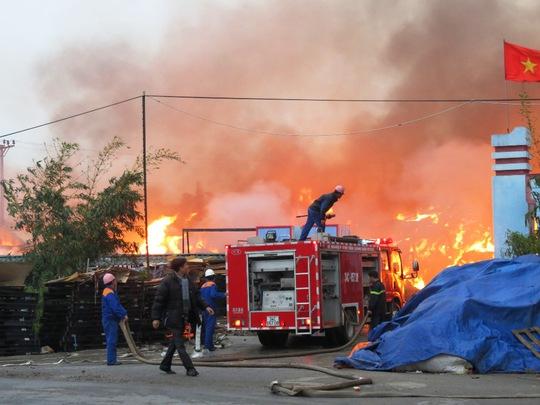 Lực lượng PCCC đang khẩn trương dập tắt ngọn lửa hung dữ