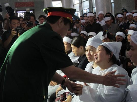 Thứ trưởng Bộ quốc phòng động viên người nhà thượng tá Đỗ Văn Chính