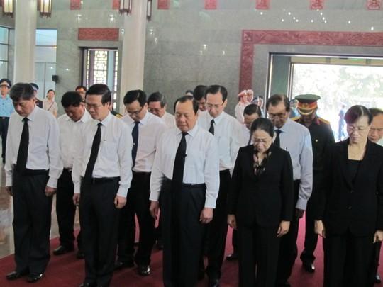 Lãnh đạo các cơ quan, đoàn thể TP HCM đến viếng các quân nhân