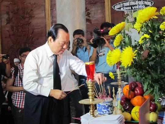 Bí thư Thành ủy TP HCM Lê Thanh Hải thắp hương viếng quân nhân hi sinh