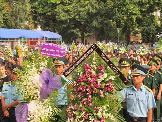 Hàng ngàn người đến chia buồn cùng các gia đình quân nhân