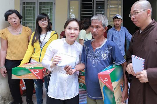 Việt Hương làm từ thiện ở chùa