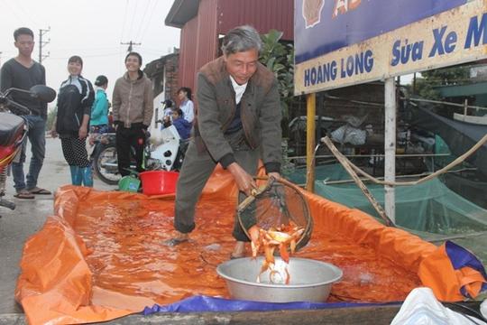 Cá chép tiễn ông Công, ông Táo về trời ở làng Tân Cổ, xã Quảng Tân.