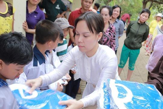 Trước đó Việt Hương hỗ trợ học sinh nghèo ở đây