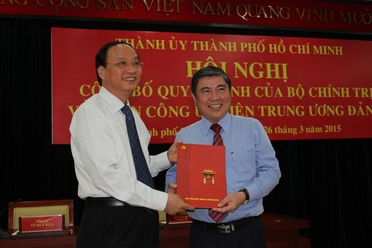 Ông Tô Huy Rứa trao quyết định cho ông Nguyễn Thành Phong