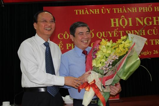 Ông Tô Huy Rứa tặng hoa chúc mừng ông Nguyễn Thành Phong