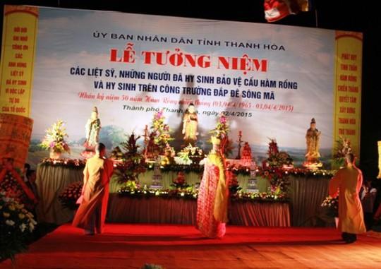 Thả 10.000 hoa đăng cầu siêu liệt sĩ bảo vệ cầu Hàm Rồng