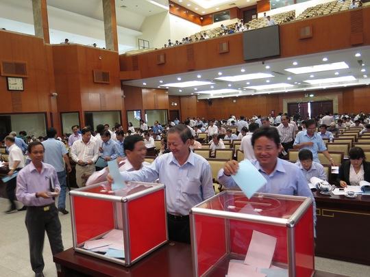 Đại biểu TP HCM đang bỏ phiếu giới thiệu nhân sự Ban Chấp hành Trung ương Đảng - khóa XII