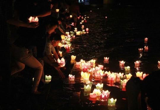 Đèn hoa đăng được lãnh đạo tỉnh Thanh Hóa và hàng ngàn người dân thả xuống sông Mã để tưởng nhớ những người đã anh dũng hi sinh vì nền độc lập hôm nay