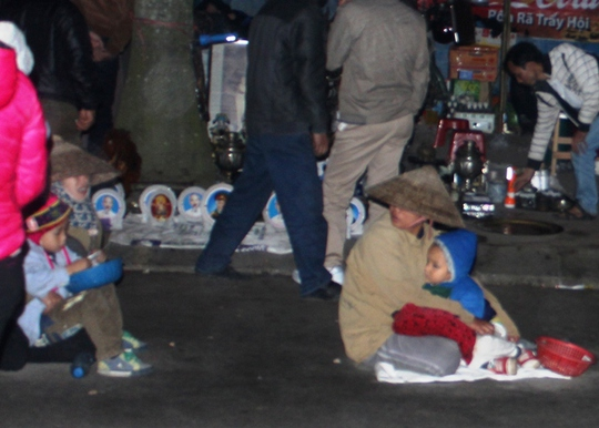 Ăn xin mang theo con nhỏ nằm la liệt khắp đường