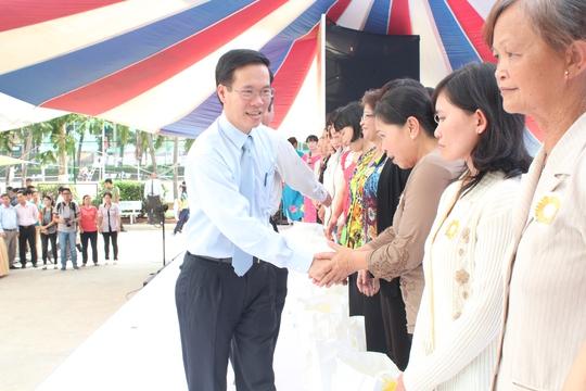 Ông Võ Văn Thưởng, Ủy viên Trung ương Đảng, Phó bí thư Thường trực Thành ủy, tặng quà cho CNVC-LĐ khó khăn ẢNH: THANH NGA