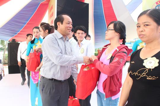 Phó chủ tịch Tổng LĐLĐ Việt Nam Nguyễn Văn Ngàng, tặng quà công nhân bị tai nạn lao động ẢNH: THANH NGA