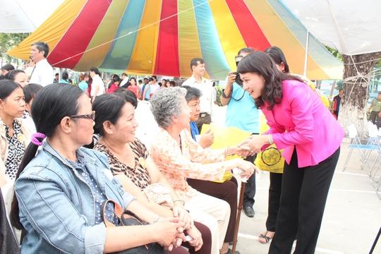 Bà Nguyễn Thị Thu, Chủ tịch LĐLĐ TP HCM, thăm hỏi công nhân có hoàn cảnh khó khăn  ẢNH: THANH NGA