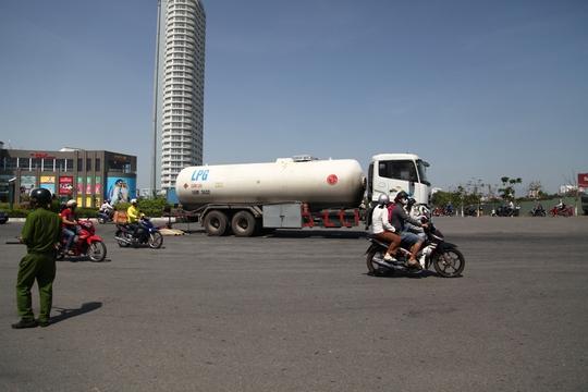 Xe bồn tông xe máy, một cô gái chết tại chỗ