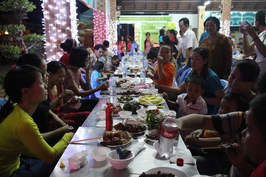Tiệc trong đêm giao thừa giúp công nhân xa quê cảm thấy ấm lòng
