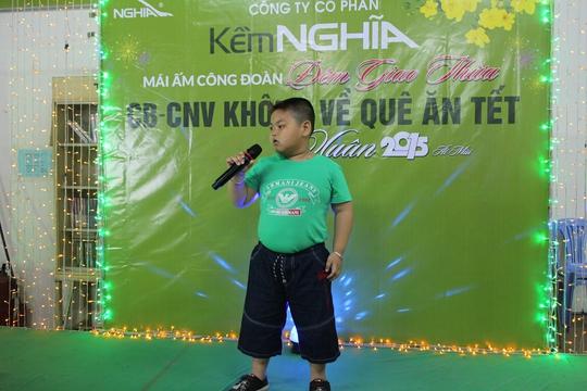 Ca sĩ nhí con công nhân biểu diễn trong bữa tiệc