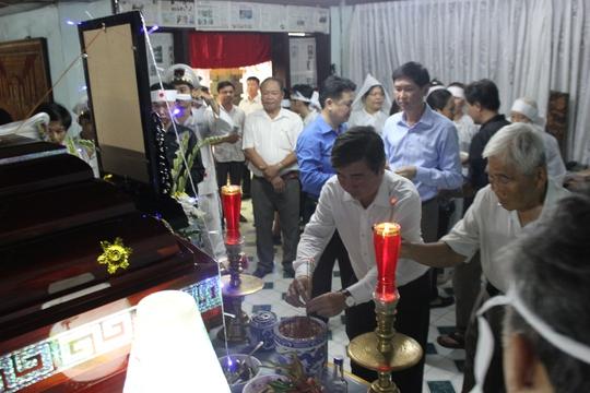 Ủy viên Trung ương Đảng, Phó Bí thư Thành ủy TP HCM Nguyễn Thành Phong viếng ông Nguyễn Thành Thơ vào chiều 21-4 tại nhà riêng.