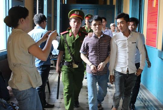 Bị cáo Nguyễn Xuân Tư (bìa phải) và Nguyễn Văn Hậu
