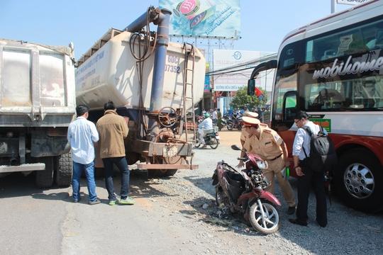 Xe máy bị kéo theo dưới gầm xe bồn, vỡ nát