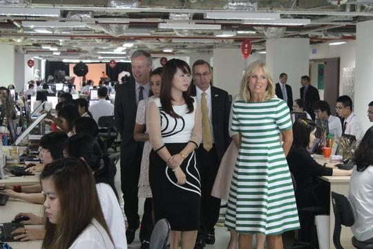 CEO VinECom Lê Hoàng Uyên Vy (trái) giới thiệu với Tiến sĩ (phải) Jill Biden về hoạt động của công ty. Ảnh: Thu Hằng