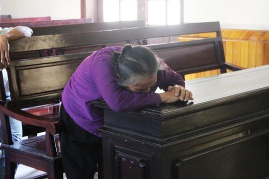 Mẹ bị cáo, đồng thời cũng là mẹ bị hại gục ngã khi nghe tòa tuyên án