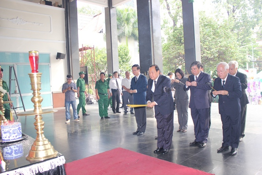 Đoàn đại biểu Bộ Chính trị, Ban Bí thư Trung ương Đảng do Ủy viên Bộ Chính trị, Bí thư Thành ủy TP HCM Lê Thanh Hải dẫn đầu dâng hương tưởng nhớ ông Nguyễn Thành Thơ