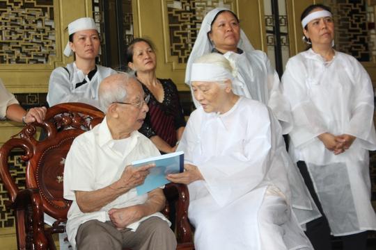 Bà Nguyễn Hồng Hnahj (vợ ông Mười Thơ) tặng cuối sách Cuối đời nhớ lại của ông Mười Thơ cho ông Mười Hương.