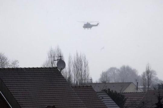 Trực thăng bay trên Dammartin-en-Goele. Ảnh: AP