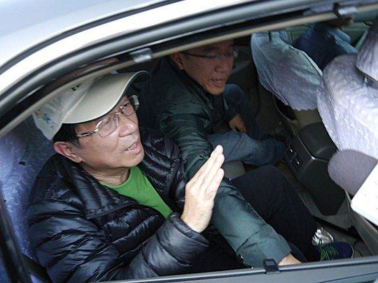 前總統陳水扁(圖左)獲准保外就醫,又因洗錢案遭起訴。(中央社檔案照片)