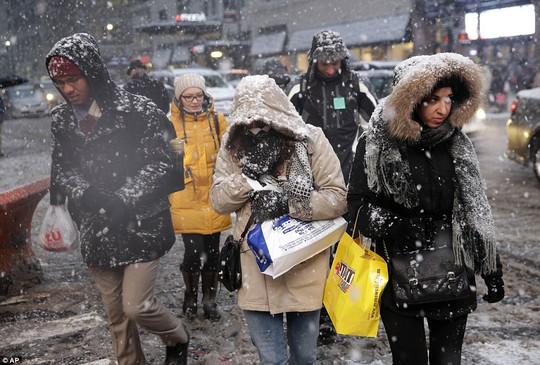 Người dân nhanh chân hòng thoát khỏi thời tiết xấu ở khu Manhattan. Ảnh: AP