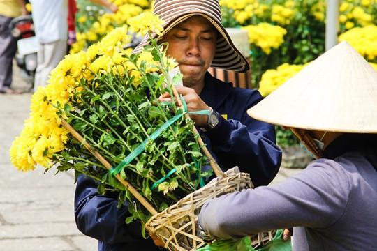 Tâm lý bán hàng ngày cuối năm của các tiểu thương đều mong nhanh hết hàng để về nhà ăn Tết khiến cho giá hoa giảm cực mạnh. Một chậu chúc vàng được bán với giá 20.000 đồng, rẻ chỉ bằng 1/4 so với trước đó.