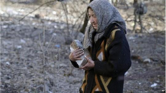 Woman carrying a brick in Debaltseve, 23 February 2015