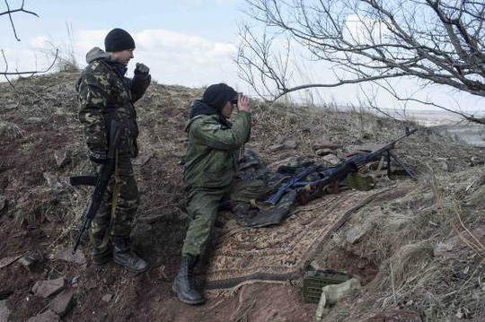 Pro-Russian rebels observe the area at a front line outside the village of Molochnoye, north-east from Donetsk, March 8, 2015. REUTERS/Marko Djurica