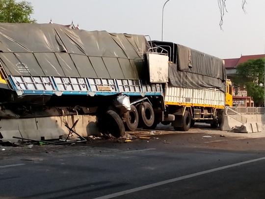Chiếc xe tải cày nát dải phân cách trên Quốc lộ 1A qua Thanh Hóa