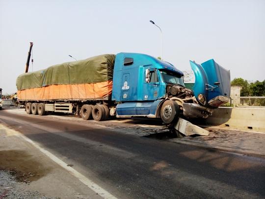 Tấm bê tông bị xe tải húc văng ra khiến xe container đi ngược chiều gặp nạn