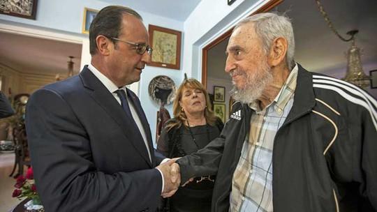 Tổng thống Pháp François Hollande gặp cựu lãnh đạo Cuba Fidel Castro tại Havana ngày 11-5.  Ảnh: AP