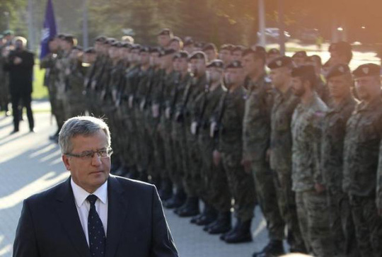 Polands President Bronislaw Komorowski (L) inspects soldiers as he visits the headquarters of Multinational Corps Northeast, part of the NATO Force Structure, at the Baltic Barracks in Szczecin, northwest of Poland September 6, 2014. REUTERS/Cezary Aszkielowicz/Agencja Gazeta
