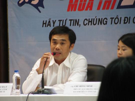 Ông Quách Hải Đạt - Giám đốc Trung tâm hỗ trợ sinh viên TP HCM - trả lời thắc mắc của phụ huynh và thí sinh về vấn đề chỗ ở, đi lại.