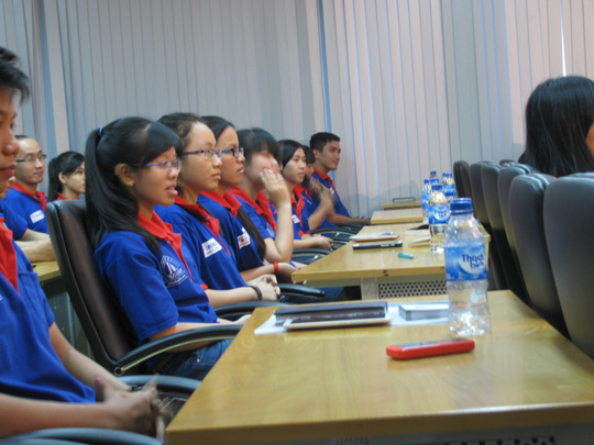 Đông đảo sinh viên tình nguyện tham dự buổi tư vấn