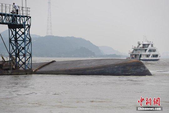 Tàu chở hóa chất bị lật trên sông ở Trung Quốc