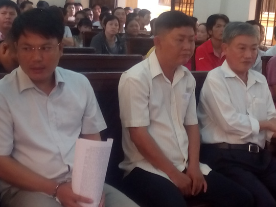Các bị cáo: Hùng, Ngọc, Núi (từ phải qua) tại tòa
