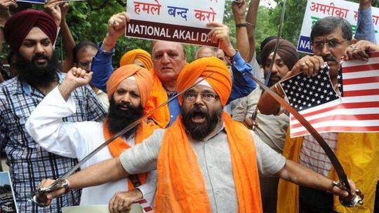 Ông Paramjeet Singh Pumma (cầm kiếm đứng đầu) trong một cuộc biểu tình. Ảnh: BBC