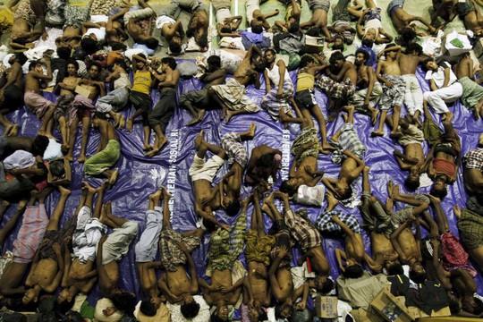 Những người di cư được cứu ở tỉnh Aceh hôm 10-5. Ảnh: Reuters