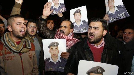 Người thân của phi công Kaseasbeh đòi chính phủ Jordan đáp ứng yêu cầu của IS. Ảnh: Reuters